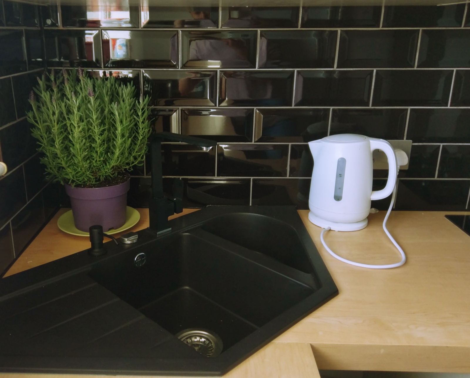 Richmond Kitchen tiling - fitting worktop and kitchen appliances